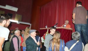 Público asistente al acto, a la espera de la firma de ejemplares por el autor.