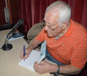 José Troya, durante la firma de libros.