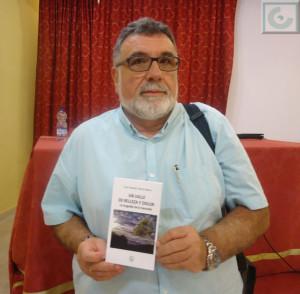 Luis García Bravo, con su libro.