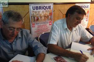 José Luis López Morales y Antonio Morales Benítez firman ejemplares del libro.