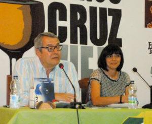 La autora del libro, Natalia Viaga, y Paco Domouso, director de Cáritas Diocesana de Jerez.