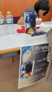 La autora firma ejemplares del libro.