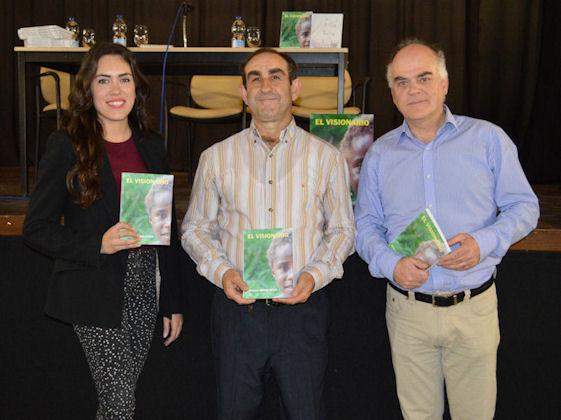 El autor del libro, Francisco Medina Rayas, entre la concejala de Cultura, Eva Vílchez Maqueda, y el representante de la editorial, Fernando Sígler Silvera.