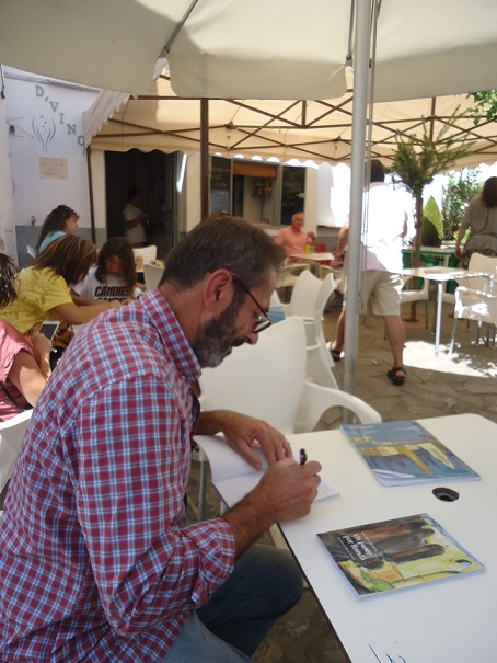Rogelio Romero firma un ejemplar.