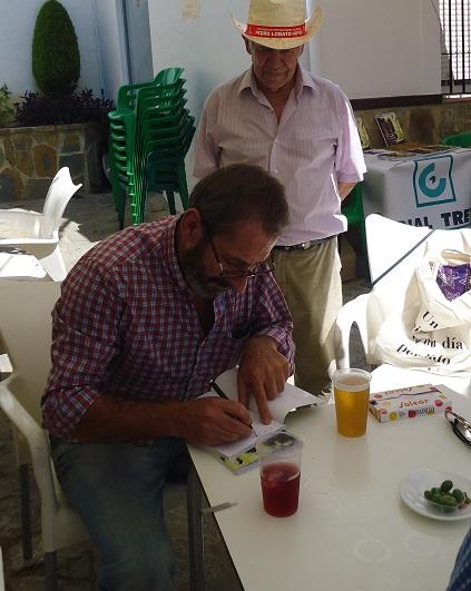 Rogelio Romero firma un ejemplar a Agüera.