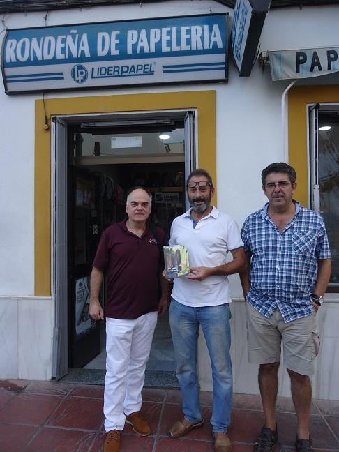 El autor de las ilustraciones de Un paseo por Ronda, Rogelio Romero, con el editor Fernando Sígler y el colaborador Pedro Bohórquez, en la entrada de Rondeña de Papelería.