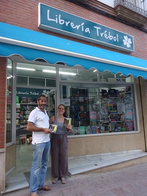 Una de las libreras de Librería Trébol, con el autor de las ilustraciones de Un paseo por Ronda, Rogelio Romero.