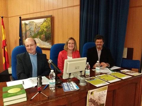La alcaldesa, Isabel Gómez, con el director del Parque Natural Sierra de Grazalema, José Manuel Quero, y el presidente de la SGHN, Francisco Hortas (Foto: facebook de Isabel Gómez).