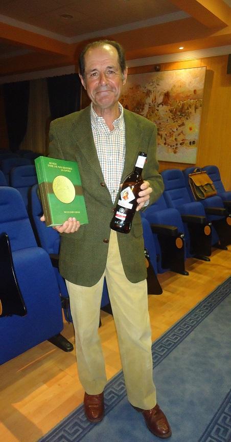 El traductor del libro, Javier Hidalgo Argí¼eso, ornitólogo y bodeguero.