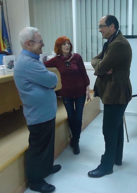 El alcalde de Villamartín, Juan Luis Morales, conversa antes del inicio del acto con la autora, Ana R.Valle, y Francisco Javier Sánchez Pozo, encargado de la presentación.