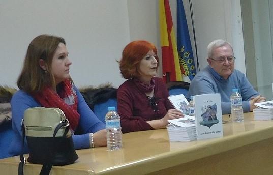 La autora, Ana R,.Valle, entre Sonia López, concejala de Cultura, y Francisco Javier Sánchez Pozo, encargado de la presentación de la escritora.
