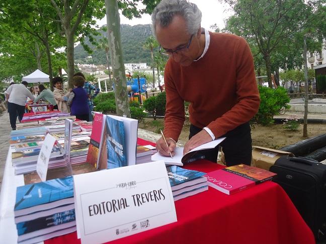 Rafael Ramos Jaén firma ejemplares de Cien estaciones hacia el otoño.