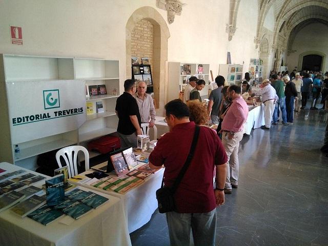 El stand de Editorial Tréveris, en los claustros de Santo Domingo, en la Feria del Libro de Jerez.