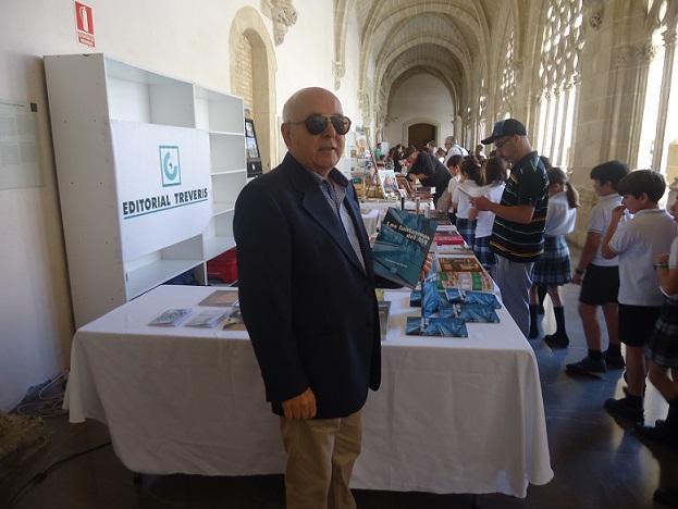 El escritor Teodoro Leo Menor, en el stand de Editorial Tréveris, en los claustros de Santo Domingo, en la Feria del Libro de Jerez.