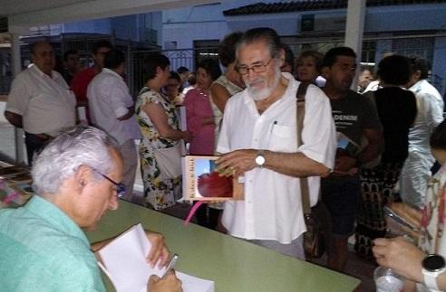 El autor firma ejemplares de su novela.