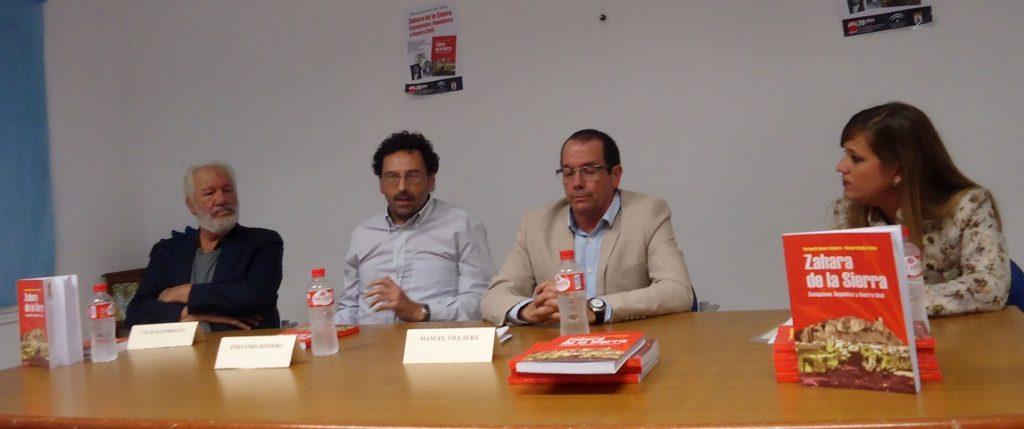 Los autores, Manuel Villalba y Fernando Romero, entre la concejala de Cultura, Irene Sierra Rodríguez, y el coordinador del Grupo de Trabajo Recuperando la Memoria de la Historia Social de Andalucía (CGT-A), Ceciclio Gordillo.