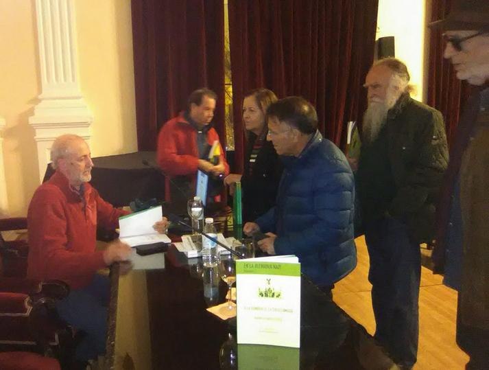 El traductor firma ejemplares del libro.