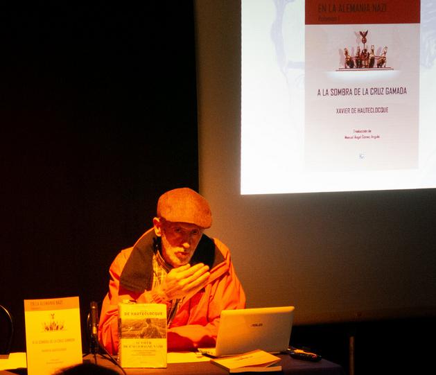 El traductor de la obra, durante su disertación-