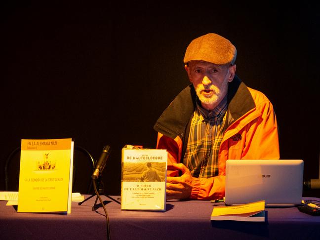Manuel Ángel Gómez Angulo presentó en La Salita de Teatro su traducción del francés al castellano de A la sombra de la cruz gamada