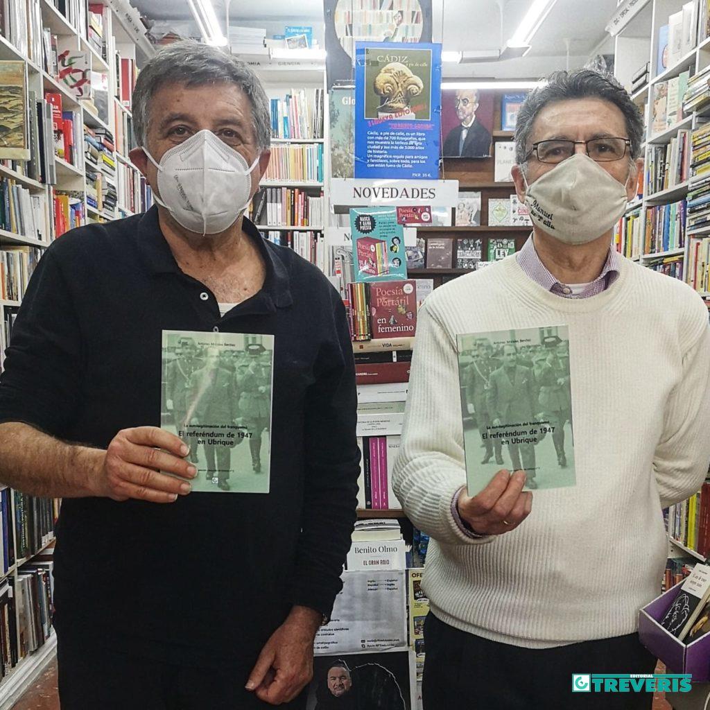El historiador Antonio Morales Benítez y el librero Juan Manuel Fernández Moreno, en la librería Manuel de Falla de Cádiz.