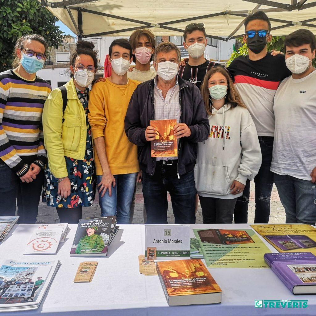 El autor, con alumnos de enseñanza secundaria, en la Feria del Libro de Los Barrios.
