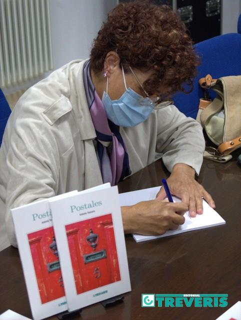 Antonia Toscano firma ejemplares de su libro.