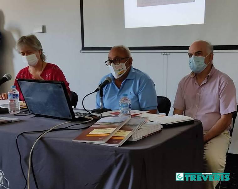 La autora, Beatriz Díaz, junto a Felipe López, del Foro por la Memoria del Campo de Gibraltar, y Fernando Sígler, de Editorial Tréveris.