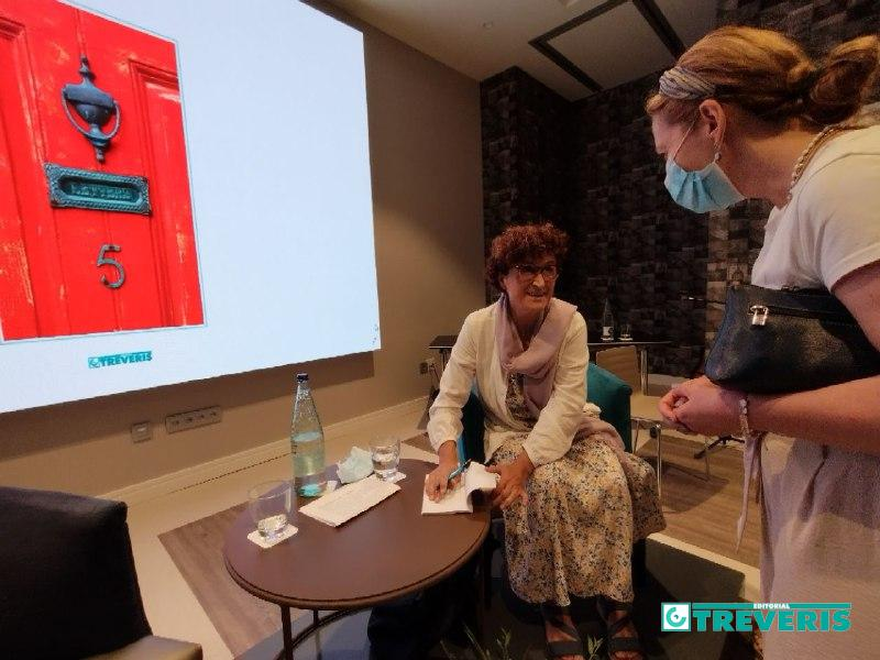 La autora, firmando ejemplares a los asistentes.