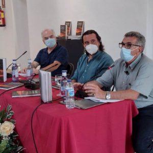 El autor, Luis Antonio García Bravo, durante su intervención, junto al alcalde de Medina Sidonia, Fernando Macías, y el editor, Fernando Sígler.