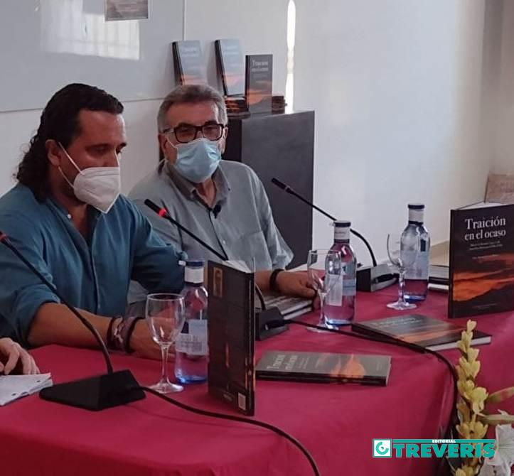 El alcalde de Medina Sidonia, Fernando Macías, durante su intervención, junto al autor.